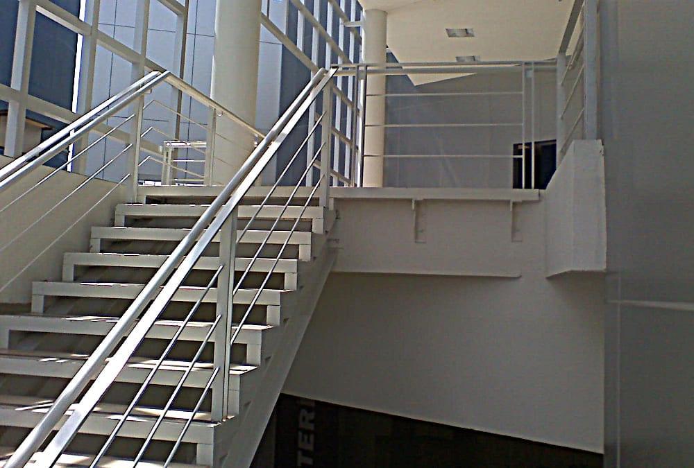 Escaleras métalicas, rejillas Irving, puertas, tubos de contención en estacionamiento, estructura de losa acristalada, cubo de elevadores y oficinas